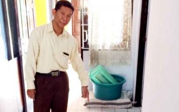 Kepala Bulog Sub Divre Pangkalan Bun, M Soleh menunjukan gula pasir yang teraisa di kantor Bulog Pangkalan Bun, Jalan Sutan Syahrir Pangkalan Bun, Senin (6/2/2017).