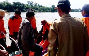 Petugas BPBD Mura saat mengevaluasi jasad Danu (20 tahun) warga Desa Makunjung Kecamatan Barito Tuhup Raya untuk dibawa ke Muara Teweh, Senin (6/2/2017).