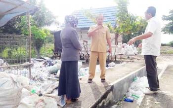 Anggota DPRD Komisi III memantau TPA di Desa Handel Palingit, Kecamatan Pulau Petak.
