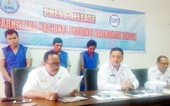 Kepala BNNP Kalteng Kombes Pol Sumirat Dwiyanto (tengah depan) dan Kepala BNN Kota Palangka Raya M Soedja\\\'i saat konferensi pers di kantor BNNP, Senin (6/2/2017).