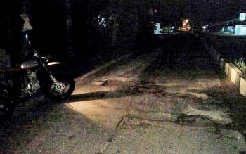 Akibat kualitas jalan yang buruk, di Jalan Ahmad Yani Pangkalan Bun, membahayakan pengendara sepeda motor.