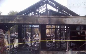 HANGUS : Bangunan rumah hanya menyisakan kerangka akibat kebakaran yang melanda sejumlah rumah di Gang Karya Buntok, Selasa (7/2/2017) dini hari.