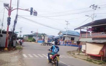 Lampu lalu lintas di persimpangan Jalan Ahmad Yani dan Jalan Ki Hajar Dewantara, Kota Puruk Cahu, Kabupaten Murung Raya, dalam kondisi mati.