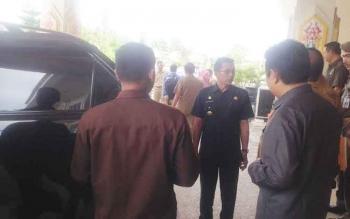 Bupati Murung Raya Perdie M Yoseph saat hendak meninggalkan GPU Tira Tangka Balang, selepas menerima kunjungan utusan BPK RI Perwakilan Kalteng, Selasa (7/2/2017).