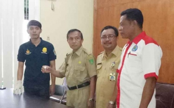 Kepala Dinas pekerjaan Umum (PU) Sukamara, Kantet Sri Woluyo saat menyerahkan menyerahkan sampel urine miliknya kepada anggota BNK Sukamara, Selasa (7/2/2017).