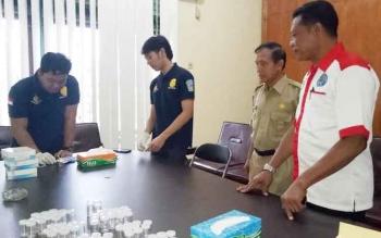 Kepala Dinas pekerjaan Umum (PU) Sukamara, Kantet Sri Woluyo saat menyaksikan proses pemeriksaan tes urine oleh BNK Sukamara.