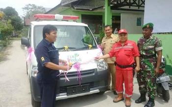 Ketua Tim Serbu Api Kelurahan Bukit Tunggal I Wayan Bimo Seno (baju merah) menerima secara simbolis bantuan satu unit mobil pikap dari PT PLN Ranting Palangka Raya. (IST)