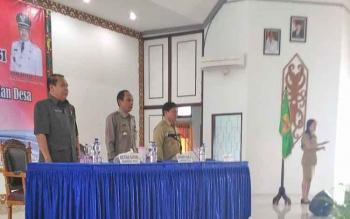 Wakil Ketua I DPRD Kabupaten Gunung Mas Punding S Merang (kiri) saat menghadiri Rapat Kerja dan Evaluasi Pemerintah Desa dan BPD di GPU Damang Batu, Kuala Kurun, Selasa (7/2/2017).