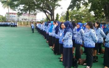 PNS di lingkungan Pemerintahan Kabupaten Barito Utara mengikuti apel gabungan di halaman kantor bupati.