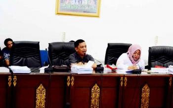 Aggota DPRD Barito Utara Taufik Nugraha didampingi Henny Roesgiaty Rusli saat memberikan pendapat mengenai RSUD Muara Teweh.