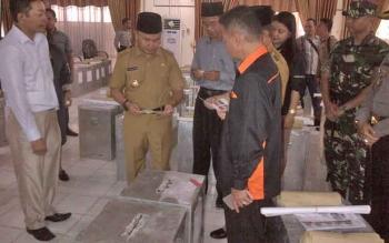 Gubernur Sugianto Sabran saat melakukan pengecekan logistik di Kantor KPU Barsel.