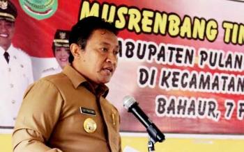 Bupati Pulang Pisau Edy Pratowo saat menyampaikan arahannya dalam Musrenbang Kecamatan Kahayan Kuala, Selasa (7/2/2017).