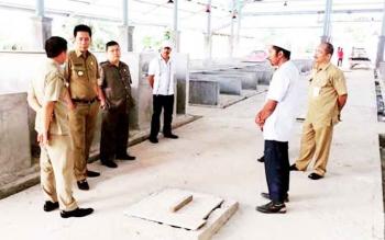 Bupati Barito Utara Nadalsyah bersama Ketua DPRD Set Enus Y Mebas didampingi Kepala Dinas Perdagangan Hajran Noor meninjau pembangunan Pasar Bebas Banjir, Selasa (7/2/2017).