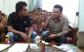 Ketua PWI Kotim Andri Rizky Agustian berbincang bersama anggota Komisi III DPRD, Dadang H Syamsu.