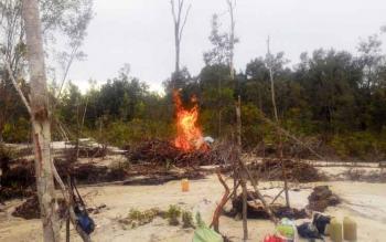 Penghancuran peralatan operasi penambang liar oleh tim gabungan Balai TNTP dalam operasi 1-6 Februari 2017