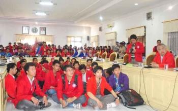 Sejumlah mahasiswa berdialog di Gedung DPRD Kotim, beberapa waktu lalu.
