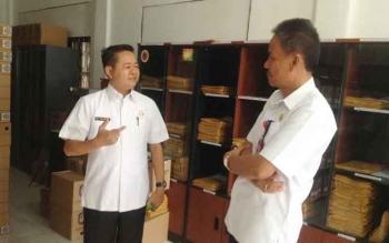 Kepala Dinas Kearsipan dan Perpustakaan Kabupaten Murung Raya Yulianus (kiri) saat berbincang dengan tamu yang berkunjung ke instansinya, Rabu (8/2/2017).