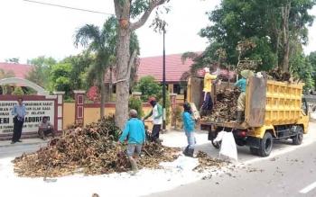 Koordinator Kebersihan Dinas Lingkungan Hidup Kobar, Wasio menunjukkan sampah pohon hasil tebangan PLN yang menumpuk di pinggir jalan Pasanah, Pangkalan Bun, Rabu (8/2/2017).