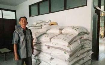 Kepala Bulog Sub Divre Pangkalan Bun, M Soleh berdiri di dekat tumpukan gula pasir di kantor Bulog Pangkalan Bun, baru-baru ini. Sementara stok gula pasir saat ini ludes, namun Bulog menjamin harga pemanis makanan/minuman itu tidak akan naik signifikan.
