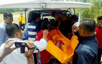 Korban gantung diri dievakuasi menuju RSUD dr Doris Sylvanus Palangka Raya, Rabu (8/2/2017).