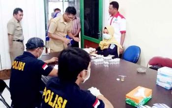 BNK Sukamara saat melaksanakan tes urine di Dinas Pekerjaan Umum (PU) Sukamara, Selasa (7/2/2017).