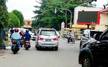 Perempatan Jalan Ahmad Yani dan Rahadi Usman saat padamnya traffic light.