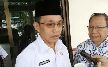 Pj Bupati Barsel, H Mugeni didampingi ketua PGRI Kalteng memberikan keterangan kepada wartawan