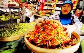Pedagang cabai di Pasar Indrasari Pangkalan Bun, Rabu (8/2/2017). Sebungkus berisi 10 biji cabai dihargai Rp5 ribu.
