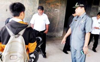 Wakil Ketua DPRD Kabupaten Gunung Mas Punding S Merang menasihati dua pelajar yang kedapatan nongkrong di bangunan Cristian Center, Kuala Kurun, pada jam sekolah, Rabu (8/2/2017).