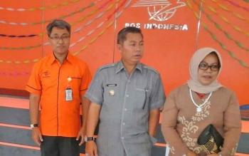 Bupati Seruyan Sudarsono (tengah) bersama isteri Ratna Mustika, didampingi Kepala Regional IX Kalimantan Agung S Raharjo saat bersama meninjau ruangan pelayanan kantor pos Pembuang Hulu, belum lama ini.