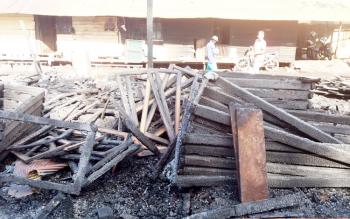 Puing-puing bangunan di toko meubel yang hangus terbakar, Rabu (8/2/2017) dini hari.