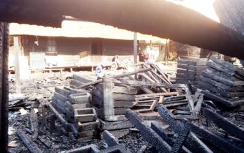 Kondisi meubel yang hangus terbakar, dan terlihat sejumlah karyawan membersihkan puing-puing yang ada di tempat tersebut.