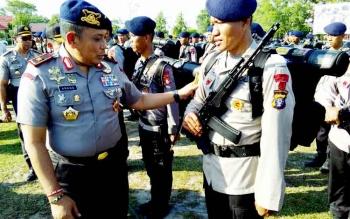 Kapolda Kalteng Brigjen Pol Anang Revandoko memeriksa kelengkapan anggota Brimob pada Apel Pelepasan BKO ke Polda Metro Jaya di halaman Polda Kalteng, Rabu (8/2/2017).