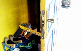 Kerusakan pada pintu ruang Bendahara Disbudparpora Barut Puspo setelah dibobol maling