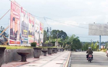 Alat peraga kampanye milik KPU Kabupaten Kotawaringin Barat dipasang di sekitar kantor KPU setempat.