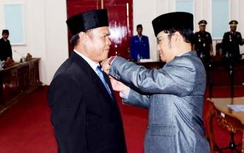 Ketua DPRD Pulang Pisau Maruadi saat penyematan pin anggota DPRD kepada Agus Peternady Sahai setelah resmi dilantik sebagai anggota DPRD dalam PAW di ruang paripurna DPRD Pulang Pisau, Rabu (8/2/2017).