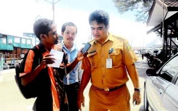 Kepala Dinas Perumahan dan Pemukiman Kota Palangka Raya Rojikinnor memberi penjelasan kepada sejumlah wartawan mengenai aksi pungut sampah.