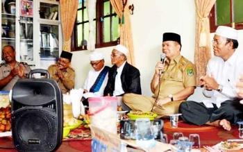 Bupati Kapuas didampingi KH Muctar Ruslan, HM Nafiah Ibnor, H Juanidi, Ketua MUI Kecamatan Mantangai, Camat Mantangai serta unsur Tripika Kecamatan ketika mengahdiri acara syukuran di rumah keluarga H Wilson Kecamatan Mantangai.
