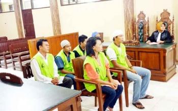SINDIKAT UPAL - Para terdakwa pembuat dan pengedar uang palsu menjalani sidang di Pengadilan Negeri Palangka Raya, Rabu (8/2/2017).
