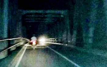 Kondisi Jembatan Kasongan di Kabupaten Katingan yang gelap gulita sejak seminggu terakhir. Belum diketahui persis apa penyebab lampu penerangan di jembatan ini tidak menyala, Rabu (8/2/2017) malam.