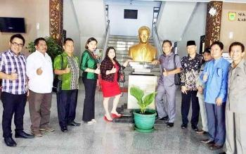 Abdul Hayie (ketiga dari kiri) bersama Anggota Komisi B DPRD Kota Palangka Raya lainnya saat melakukan kunjungan kerja.