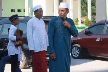 Bupati Kotim Supian Hadi (kanan) dan tokoh masyarakat Sampit Asyikin Arpan.