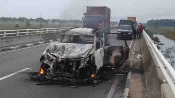 Sebuah minibus Toyota Avansa terbakar di jalan Tumbang Nusa, pagi tadi.