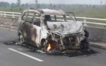 Sebuah minibus Toyota Avansa terbakar di jalan Tumbang Nusa, Desa Tumbang Nusa, Kecamatan Jabiren, Kabupaten Pulang Pisau, Kamis (9/2/2017) pagi tadi, sekitar pukul 05.00.