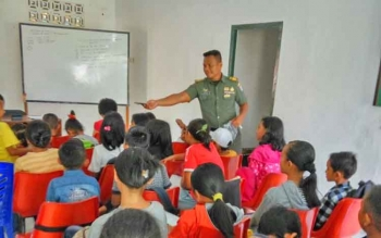 Kapten Suradi saat mengajar bahasa Inggris, Rabu (8/2/2017).