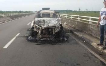 Bangkai Mobil Avansa yang terbakar di jembatan Tumbang Nusa, Kecamatan Jabiren Raya, Kabupaten Pulang Pisau, Kalimantan Tengah, sebelum dievakuasi, Kamis (9/2/2017).