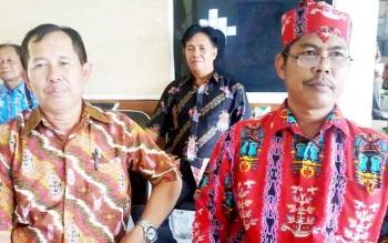 Ketua BPD Desa Hampalit Tiko (kanan) foto bersama Ketua BPD Desa Telangkah pada sosialisasi pencegahan kebakaran hutan dan lahan di kantor camat setempat, Kamis (9/2/2017).