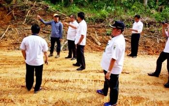 Bupati Barito Utara Nadalsyah melakukan pengecekan jalan, jembatan dan infrastruktur di pedesaan, Kamis (9/2/2017)