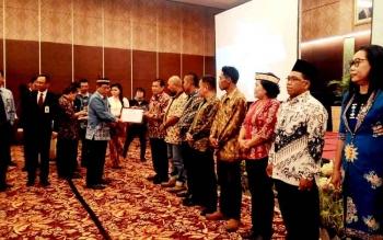 Plt Sekda Kalteng Syahrin Daulay menyerahkan penghargaan salah satunya kepada pelaku usaha Mikro, Kecil dan Menengah dalam kegiatan Pertemuan Tahunan Pelaku Industri Jasa Keuangan 2017, Kamis (9/2/2017).