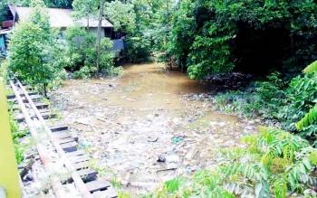 Sungai Butong di Kota Muara Teweh dipenuhi sampah